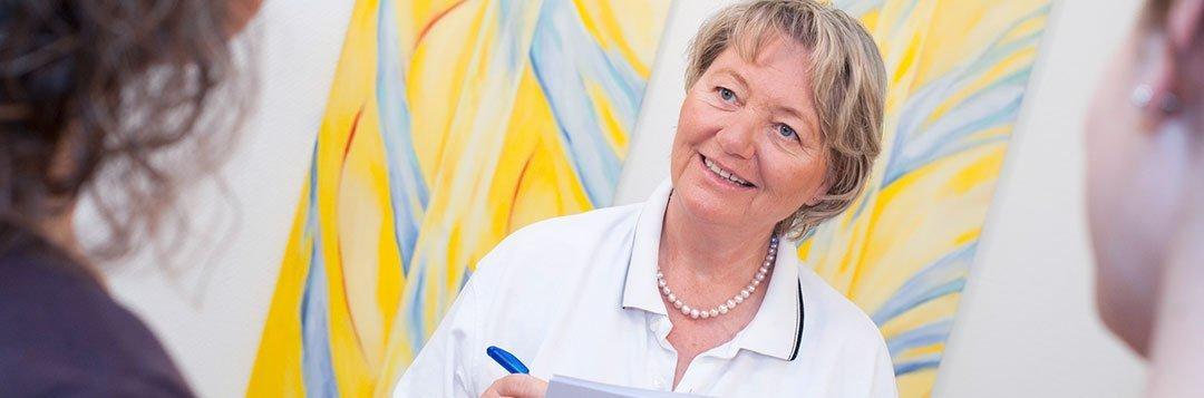 Zahnärztin Dr. Ingeborg Hager bei einem Beratungsgespräch