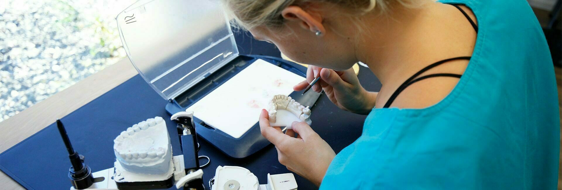 Zahntechnikerin im Labor beim erstellen einer Zahnkrone