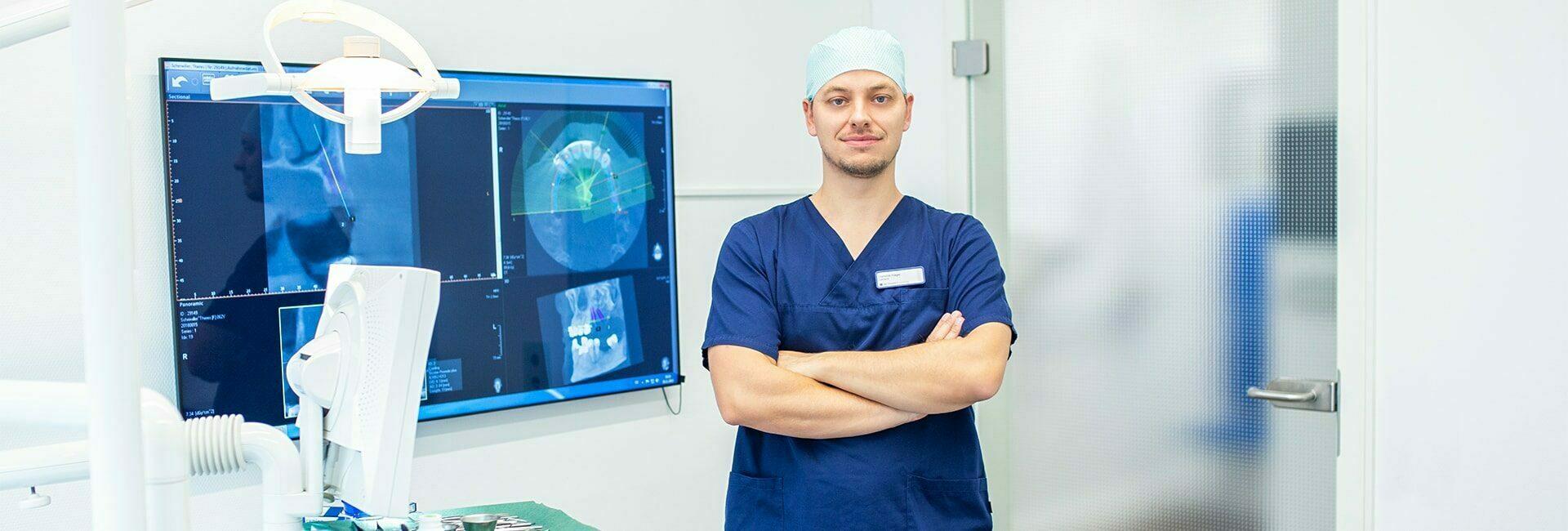 Zahnarzt Dominik Hager steht im Behandlungszimmer