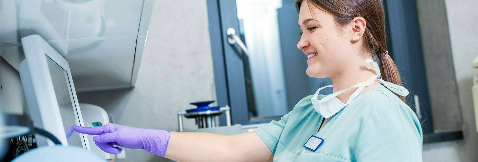 Auszubildende zur  Zahnmedizinische Fachangestellte beim Arbeiten