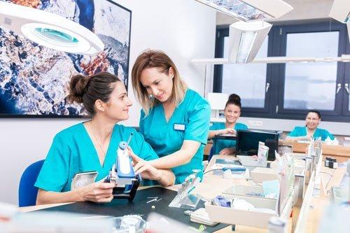 Zahntechnikerinnen Nadine und Semra bei der Arbeit