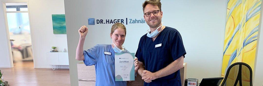 Weiterbildung  einer zahnmedizinischen Fachangestellten Zertifikat Übergabe